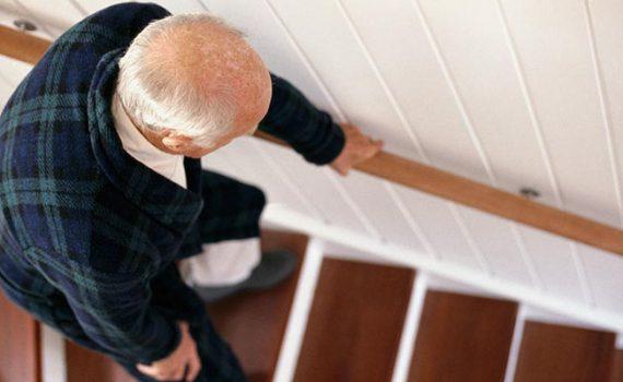 Quedas dentro de casa são comuns entre idosos: saiba como evitá-las